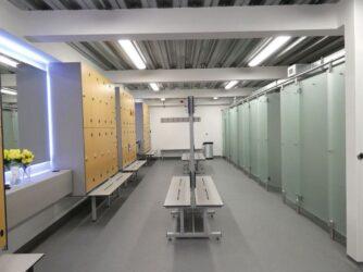 Limpieza y desinfección de duchas en vestuarios frente a la COVID-19